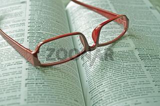 Wörterbuch und Lesebrille