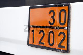 UN-Gefahrentafel mit der Gefahrenzahl 30 und Gefahrstoffnummer 1202 (Gefahrstoff Diesel, Gasöl oder Heizöl)