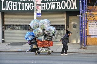 Viele sozial schwächer gestellte Menschen leben vom Pfandsammeln, Chinatown, Manhattan, New York City, USA, Nordamerika, Amerika