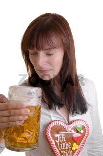 Junge Frau schaut in Bierkrug