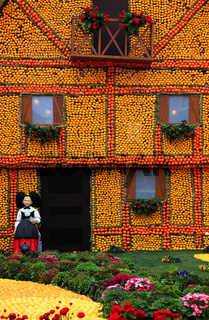 Nachbildung eines Fachwerkhauses mit Zitronen und Orangen in den Bioves-Gärten