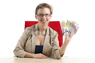 Frau zeigt freudig einen Fächer aus Euronoten