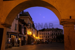 Der Hauptplatz oder Uferpiazza in der Altstadt des traditionellen Fischerdorf Orta am Ortasee in norden des Piemont im norden von Italien.  (Urs Flueeler)
