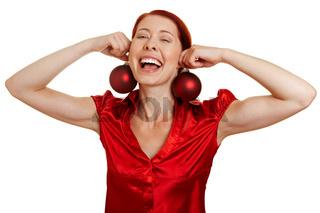 Frau mit Christbaumkugeln als Ohrringe