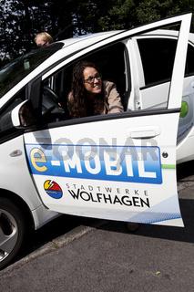 Angela Dorn in einem E-Mobil