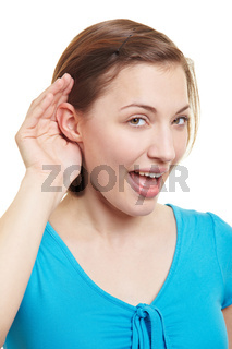 Frau hält Hand hinter das Ohr