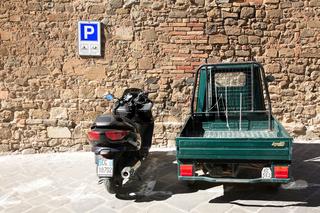 Motorrad und Ape (ital. Biene), Kleintransporter,
