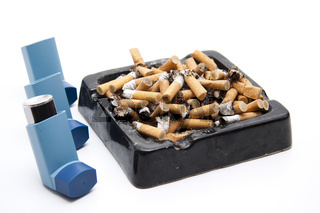 Aschenbecher mit Inhaler und Zigaretten