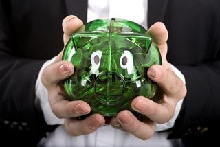 Grünes Plexiglas-Sparschwein in Händen