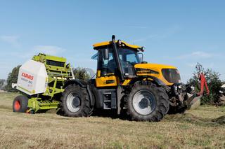 Traktor mit Presse bei der Heuernte in Dautschen.