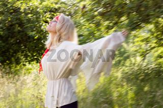 Junge Frau tanzt in den Sommer