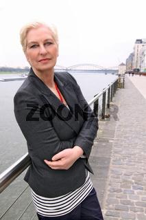 attraktive weißhaarige Frau über 50