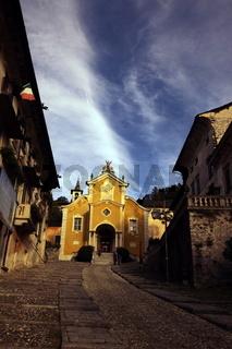 Die Dorfkirche in der Altstadt des traditionellen Fischerdorf Orta am Ortasee in norden des Piemont im norden von Italien.  (Urs Flueeler)