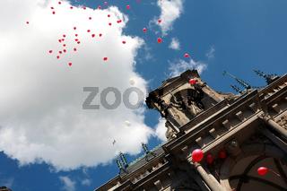Hochzeitsluftballons über dem historischen Rathaus