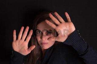Junge Frau wehrt Gewalt ab