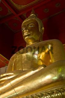 Buddha Statue in einem Tempel mit rotem Dach