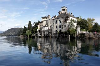 Die Insel San Giulio vor dem Dorf Orta San Giulio am Orta See im Piemont im norden von Italien in Europa.