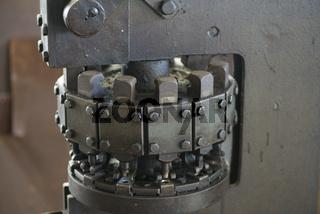 Detail einer Stanzmaschine in einer Schlosserei
