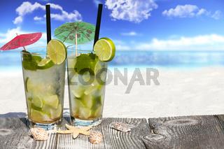 Erfrischender Mojito Cocktail am Sandstrand