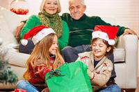 Kinder bei Oma und Opa zu Weihnachten