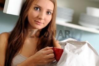 Junge Frau beim Umzug