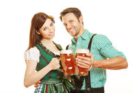 Mann und Frau trinken Bier in Bayern