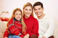 Familie mit Vater, Mutter und Tochter zu Weihnachten