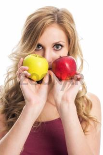 blonde frau mit zwei äpfeln
