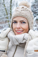 Frau mit Bommelmütze im Winter