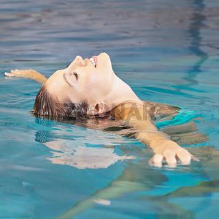 Frau macht Wasseryoga zur Entspannung