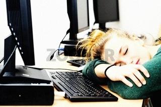 Hübsche blonde Studentin im Computerraum, pretty f