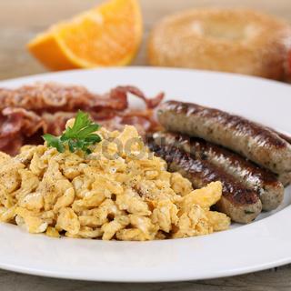 Essen mit Ei, Würstchen und Speck