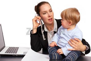 Mutter und Kind bei der Arbeit Serienbild 1