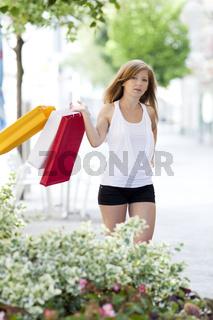 Junge Frau mit Einkaufstaschen