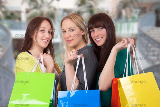 Gruppe junger Frauen hat Spaß beim Einkaufen in Shopping Mall