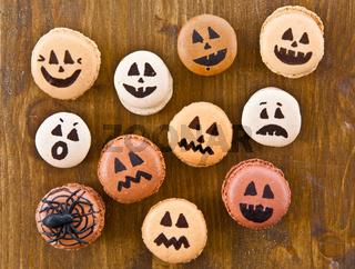 Macarons mit lustigen Gesichtern