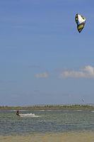 Kite Surfer am Strand von Sanur, Bali, Indonesien