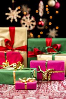 Weihnachtspäckchen mit einfarbigen Bändern