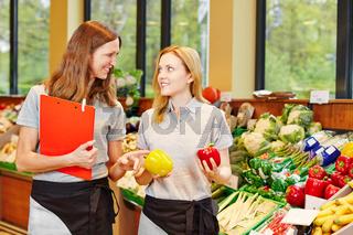 Marktleitung im Supermarkt lernt Azubi an