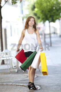 Junge Frau mit Einkaufstueten in der Stadt
