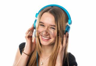 mädchen hört musik mit kopfhörer