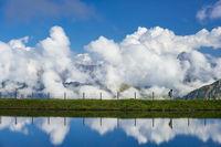 Künstlich angelegter See, Schneeteich, bei der Bergstation der Kanzelwandbahn, Panorama auf die östlichen Allgäuer Alpen, Allgäu, Bayern, Deutschland, Europa