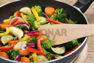 Essen zubereiten und kochen Gemüse in der Pfanne mit Pfannenwender
