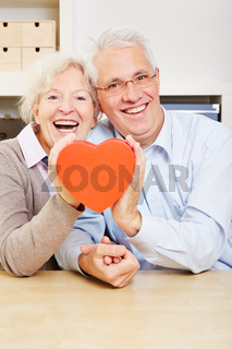 Glückliche Senioren mit Herz