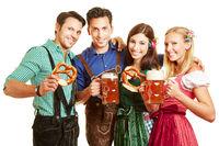 Gruppe von Leuten mit Bier und Brezel