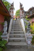 Zugangstreppe, mit frommen Sprüchen auf jeder Stufe, des  buddhi