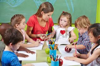 Kinder lernen schreiben in Vorschule