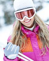 Frau beim Skifahren mit Skibrille