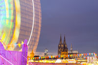 Riesenrad, Kirmes am Deutzer Rheinufer, Herbstkirmes, dahinter der Kölner Dom, Köln, Nordrhein-Westfalen, Deutschland, Europa