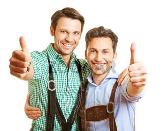 Zwei Männer halten Daumen hoch